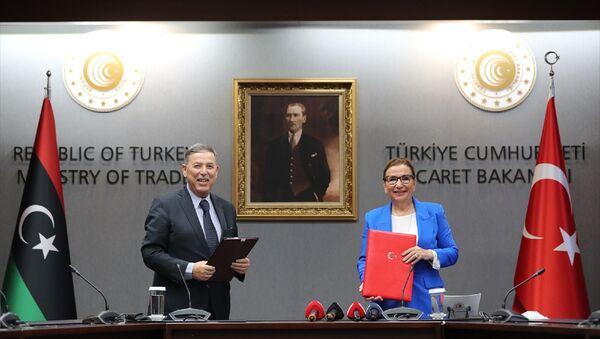Ticaret Bakanı Ruhsar Pekcan (sağda), Libya Ulusal Mutabakat Hükümeti Planlama Bakanı Taher Jehaimi (solda) ile bir araya gelerek, heyetler arası görüşmelere ilişkin basın açıklaması yaptı. - Sputnik Türkiye