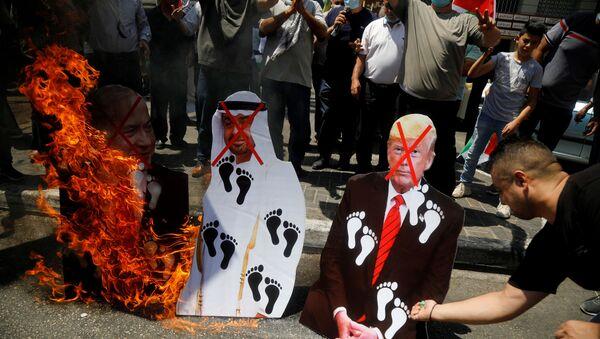Birleşik Arap Emirlikleri ve İsrail arasında ABD arabuluculuğuyla varılan anlaşma Filistin'de protesto edildi. - Sputnik Türkiye