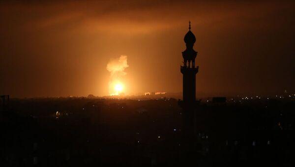 İsrail savaş uçakları, abluka altındaki Gazze'de farklı hedeflere yeniden hava saldırıları düzenledi. - Sputnik Türkiye