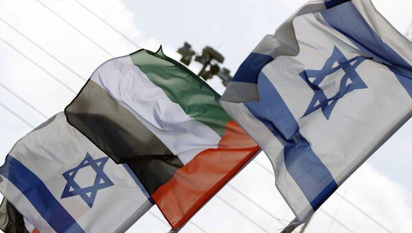 İsrail'in Netanya şehrinde Birleşik Arap Emirlikleri (BAE) ve İsrail bayrakları - Sputnik Türkiye