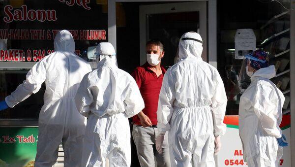 Kırklareli'nde yeni tip koronavirüs (Kovid-19) tanısı konulduğu için karantinada olması gereken çiğ köfteci dükkanda satış yaparken yakalandı. - Sputnik Türkiye