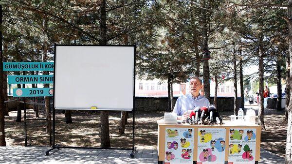 Milli Eğitim Bakanı Ziya Selçuk, Gümüşoluk İlkokulu'nda, eğitim kurumlarında hijyen şartlarının geliştirilmesi ve enfeksiyon önleme tedbirleri kapsamında Okulum Temiz Belgesi takdim törenine katıldı. Bakan Selçuk, gazetecilerin sorularını cevapladı. - Sputnik Türkiye