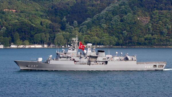 TCG Kemal Reis (F-247)  İstanbul Boğazı'ndan geçerken - Sputnik Türkiye