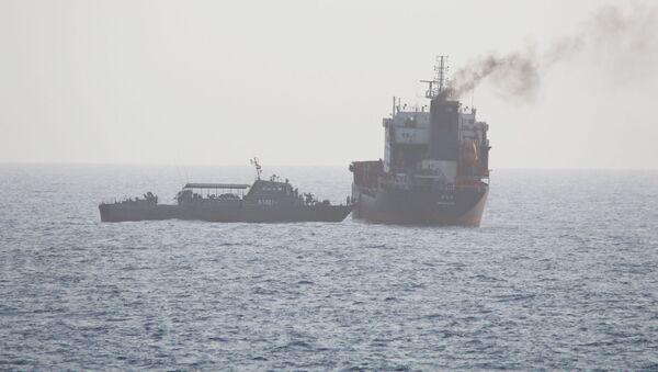 ABD donanmasının 12 Ağustos 2020'de yayımladığı fotoğraf: Hürmüz Boğazı'ndaki İran güçleri, BAE'ye giden sivil tanker WILA'nın yolunu kesip güverteye çıkıyor.  - Sputnik Türkiye