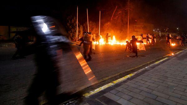 Irak'ın Basra kentinde göstericiler parlamento temsilciliğini ateşe verdi - Sputnik Türkiye
