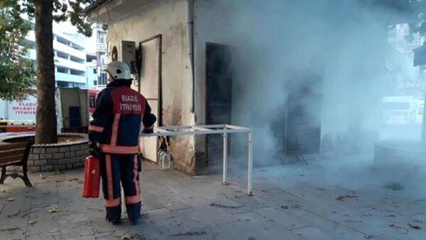 Elazığ'da otobüs durağı yakınında bulunan trafo merkezinde patlama meydana geldi. Olayda bir kadın hafif şekilde yaralandı. - Sputnik Türkiye