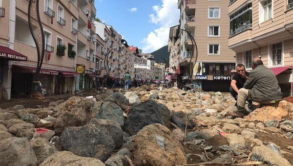 Giresun'un Dereli ilçe merkezinde sağanağın ardından ana yollar, iş yerleri, evler ve araçlar su altında kaldı. - Sputnik Türkiye