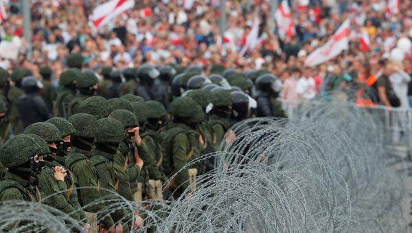 Belarus'un başkenti Minsk'te protestolar ve güvenlik güçleri - Sputnik Türkiye