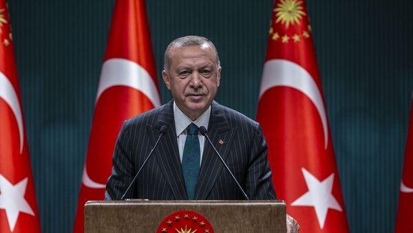 Türkiye Cumhurbaşkanı Recep Tayyip Erdoğan, Cumhurbaşkanlığı Külliyesi'nde düzenlenen kabine toplantısının ardından açıklamalarda bulundu. - Sputnik Türkiye