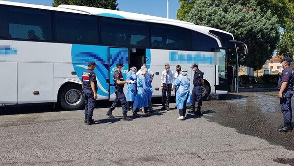 Koronavirüs testi pozitif çıkan ve karantinada olması gereken şahıs, yolcu otobüsünde yakalandı - Sputnik Türkiye