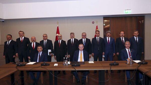 Türkiye Cumhurbaşkanı Recep Tayyip Erdoğan, Malazgirt Zaferi'nin 949'uncu yıl dönümü dolayısıyla Ahlat'ta düzenlenen programlara katılmak üzere geldiği Bitlis'te bölge valileriyle toplantı yaptı. Toplantıda, Cumhurbaşkanı Yardımcısı Fuat Oktay (önde solda), Milli Savunma Bakanı Hulusi Akar (önde sağda) ve İçişleri Bakan Yardımcısı Muhterem İnce (2. sıra sol 6) de yer aldı. - Sputnik Türkiye