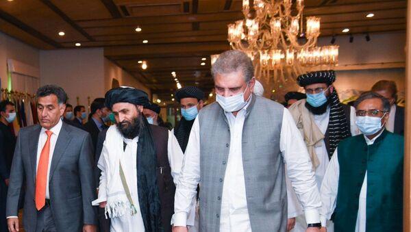 Pakistan Dışişleri BakanıŞah Mahmud Kureyşi ve Taliban Siyasi İşler Şefi Yardımcısı Molla Abdul Ghani Baradar - Sputnik Türkiye
