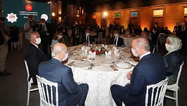 Cumhurbaşkanı Erdoğan, Ahlat'taki etkinliklere katılan sanatçı ve gençlerle yemekte bir araya geldi - Sputnik Türkiye