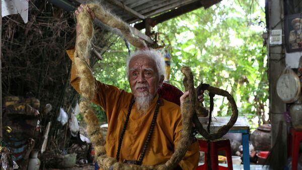 Vietnamlı 92 yaşındaki Nguyen Van Chien, 80 yıl boyunca saçlarını hiç kesmedi, yıkamadı ve hatta taramadı. - Sputnik Türkiye