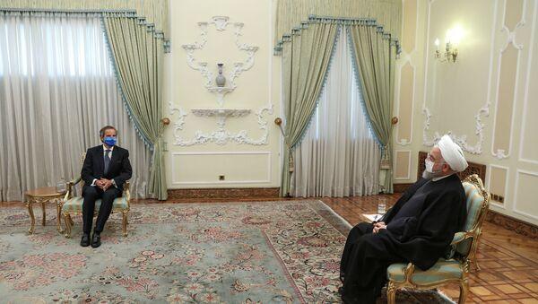 Uluslararası Atom Enerjisi Kurumu (UAEK) Başkanı Rafael Grossi, İran Cumhurbaşkanı Hasan Ruhani tarafından kabul edilirken - Sputnik Türkiye