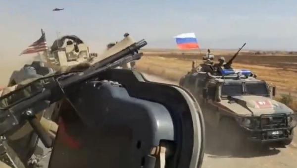 Suriye'nin doğusunda dünRus askeri konvoyundaki araç ile ABD askeri aracının çarpışma anı - Sputnik Türkiye