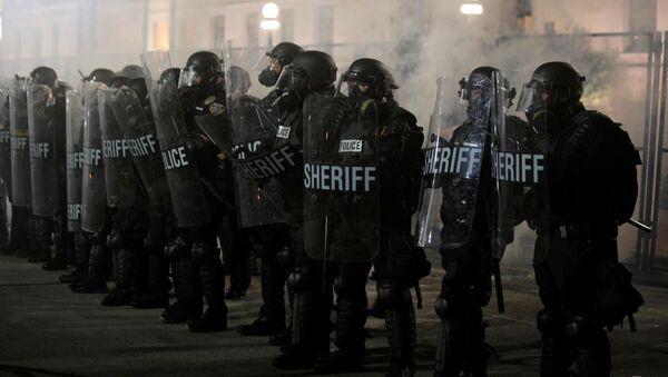 Jacob Blake protestolarında kalkanları gerisinde mevzilenen yerel polis memurları, Kenosha, Wisconsin, ABD (25 Ağustos 2020) - Sputnik Türkiye
