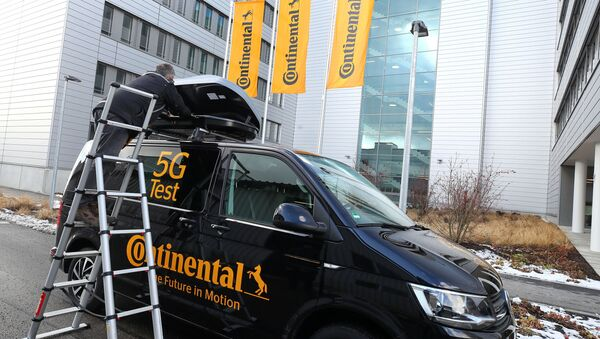 FILE PHOTO: A Continental employee checks an antenna with measurement technology, used for 5G road testing, at Continental's pilot location for industry 4.0 applications in Regensburg, Germany, February 28, 2020.  REUTERS/Michael Dalder/File Photo - Sputnik Türkiye