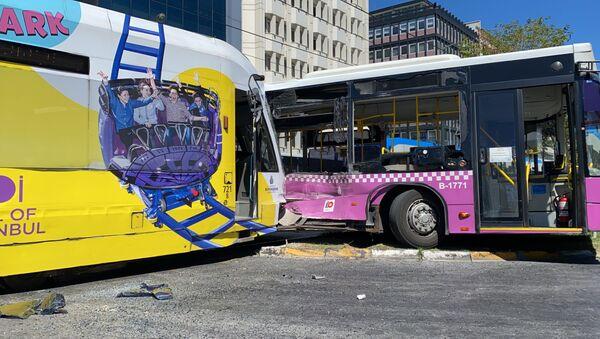 Tramvay halk otobüsüne çarptı - Sputnik Türkiye