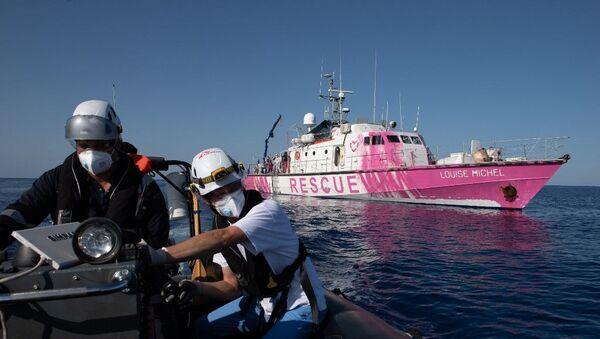 Banksy'nin fonladığı gemi göçmenleri kurtarmak için Akdeniz'de - Sputnik Türkiye