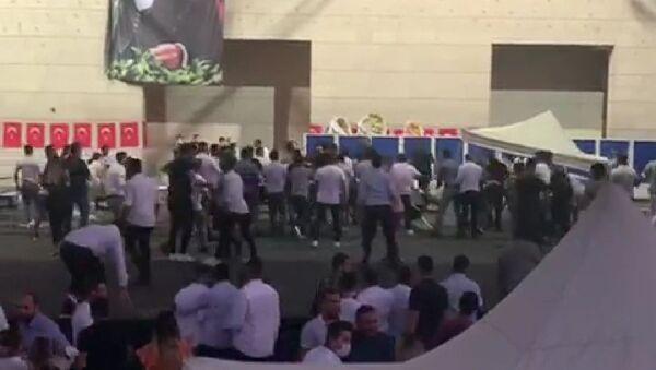 CHP İzmir Gençlik Kolları Kongresinde iki grup arasında kavga çıktı. - Sputnik Türkiye