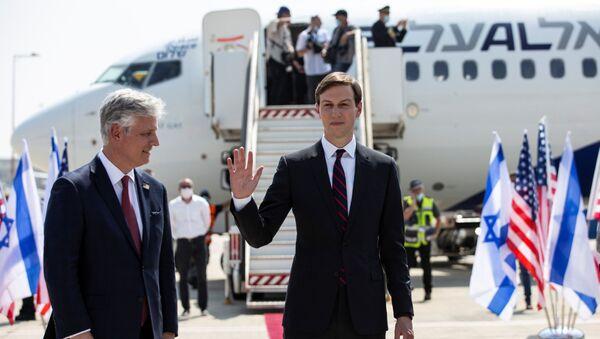 Robert O'Brien ile Jared Kushner (soldan sağa) Tel Aviv'den Abu Dabi'ye giden ilk İsrail yolcu uçağına binerken - Sputnik Türkiye