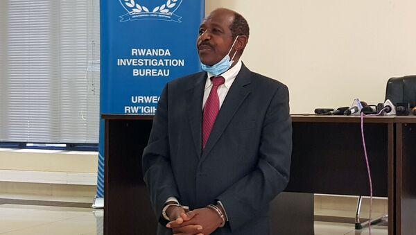 Hollywood'un kahraman ilan ettiği Paul Rusesabagina, Ruanda'da gözaltında elleri kelepçeli halde medyanın karşısına çıkarıldı. - Sputnik Türkiye