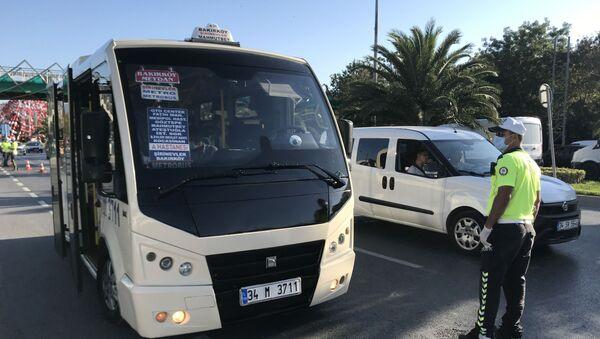 Bakırköy'de toplu taşıma araçlarına yönelik yapılan denetimlerde bir minibüs şoförüne 10 yolcu fazla aldığı için ceza kesildi. - Sputnik Türkiye