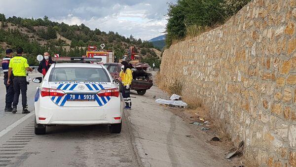 Karabük'te enerji hattı değişimi yapan ve yaptıkları maddi hasarlı kaza sonrası kamyonetten inerek yolda yürüyen 2 işçiye bir otomobil çarptı. Otomobille istinat duvarı arasında sıkışan 2 işçi hayatını kaybetti. - Sputnik Türkiye