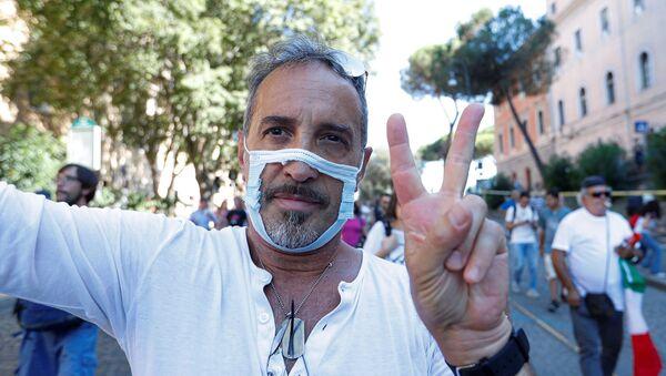 İtalya'da yüzlerce kişi, yeni tip koronavirüs (Kovid-19) salgınına yönelik önlemleri protesto etti. - Sputnik Türkiye