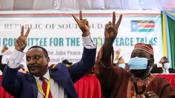 Güney Sudan'da törenle Sudan geçiş hükümeti ile 5 silahlı isyancı grup arasında barış anlaşması imzalanmasının ardından, Sudan Halk Kurtuluş Hareketi-Kuzey (SPLM-N) örgütü Agar fraksiyonu Genel Başkan Yardımcısı Yasir Arman ile Genel Sekreteri İsmail Halas Calab zafer işareti yaparken - Sputnik Türkiye