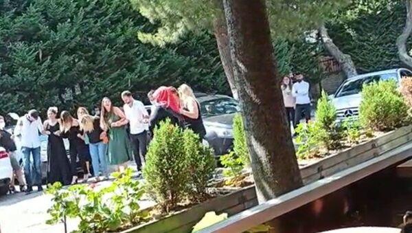 İstanbul Bahçelievler'de bir çiftin nikâhı sonrası evlendirme dairesi bahçesinde koronavirüs ve yeni düğün kurallarını ihlal eden görüntüler ortaya çıktı. - Sputnik Türkiye