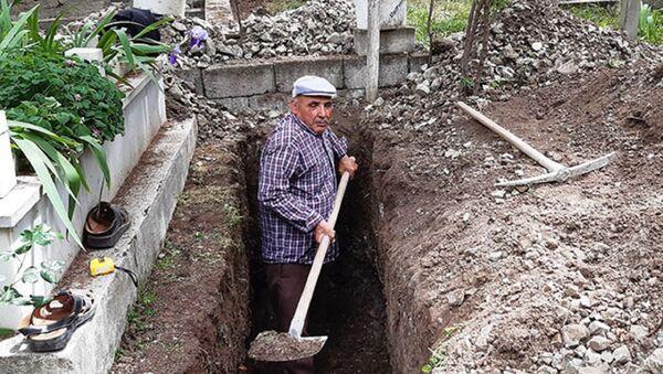 Balıkesir'in Bigadiç ilçesinde yaşayan 64 yaşındaki Halil Aykut 10 yıldır mezar yeri kazarak geçimini sağlıyor.  - Sputnik Türkiye