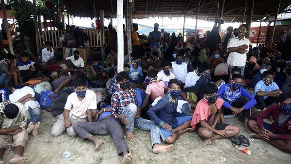 Para ödemedikleri gerekçesiyle insan kaçakçıları tarafından yedi ay boyunca bir teknede alıkonulan Arakanlı yaklaşık 300 mültecinin Endonezya'ya ulaştığı belirtildi. - Sputnik Türkiye