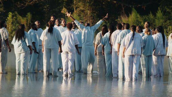 Kanye West, Atlanta'da düzenlediği pazar ayini konserinde 'İsa peygamberin gölün üstünde yürüme mucizesine' atıfla bir numara gerçekleştirdi. - Sputnik Türkiye