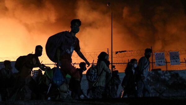 Yunanistan'ın Midilli Adası'nda bulunan ve ülkenin en kalabalık ve büyük sığınmacı kampı Moria'da yangın çıktığı açıklandı. - Sputnik Türkiye