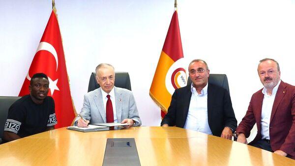 Galatasaray Başkanı Mustafa Cengiz, yeni transferleri Nijeryalı futbolcu Oghenekaro Etebo - Sputnik Türkiye