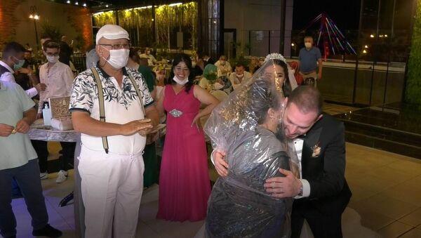 Düğünde kafasına poşet geçirdi, gelin ve damada sarıldı - Sputnik Türkiye