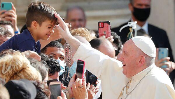 Koronavirüs pandemisine rağmen, Papa Francis'in, Vatikan'daki haftalık hitabında toplulukla maskesiz kaynaşması soru işaretleri yaratıyor. - Sputnik Türkiye