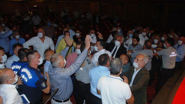 Adana Büyükşehir Belediyesi Meclisi'nde yumruklu kavga - Sputnik Türkiye