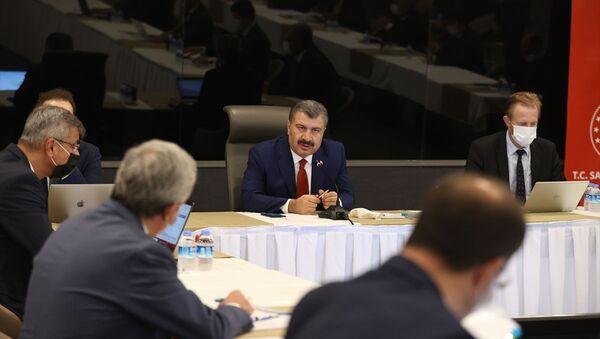 Sağlık Bakanı Fahrettin Koca, İstanbul'da Başakşehir Çam ve Sakura Şehir Hastanesi'nde sağlık bakan yardımcıları, il sağlık müdürü ve hastane başhekimlerinin katılımıyla değerlendirme toplantısı gerçekleştirdi. - Sputnik Türkiye