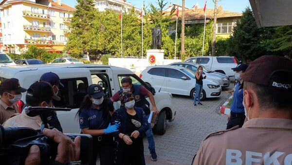 Uşak'ta, kocası uyurken baltayla öldüren kadın tutuklanarak cezaevine gönderildi. - Sputnik Türkiye