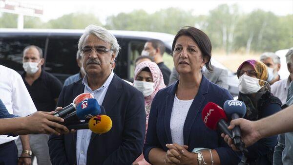 HDP Eş Genel başkanları Pervin Buldan ve Mithat Sancar, Edirne'de tutuklu bulunan eski HDP Eş Genel Başkanı Selahattin Demirtaş ve eski HDP Milletvekili Abdullah Zeydan ile görüştü. Buldan ve Sancar, görüşme sonrası gazetecilere açıklama yaptı. - Sputnik Türkiye