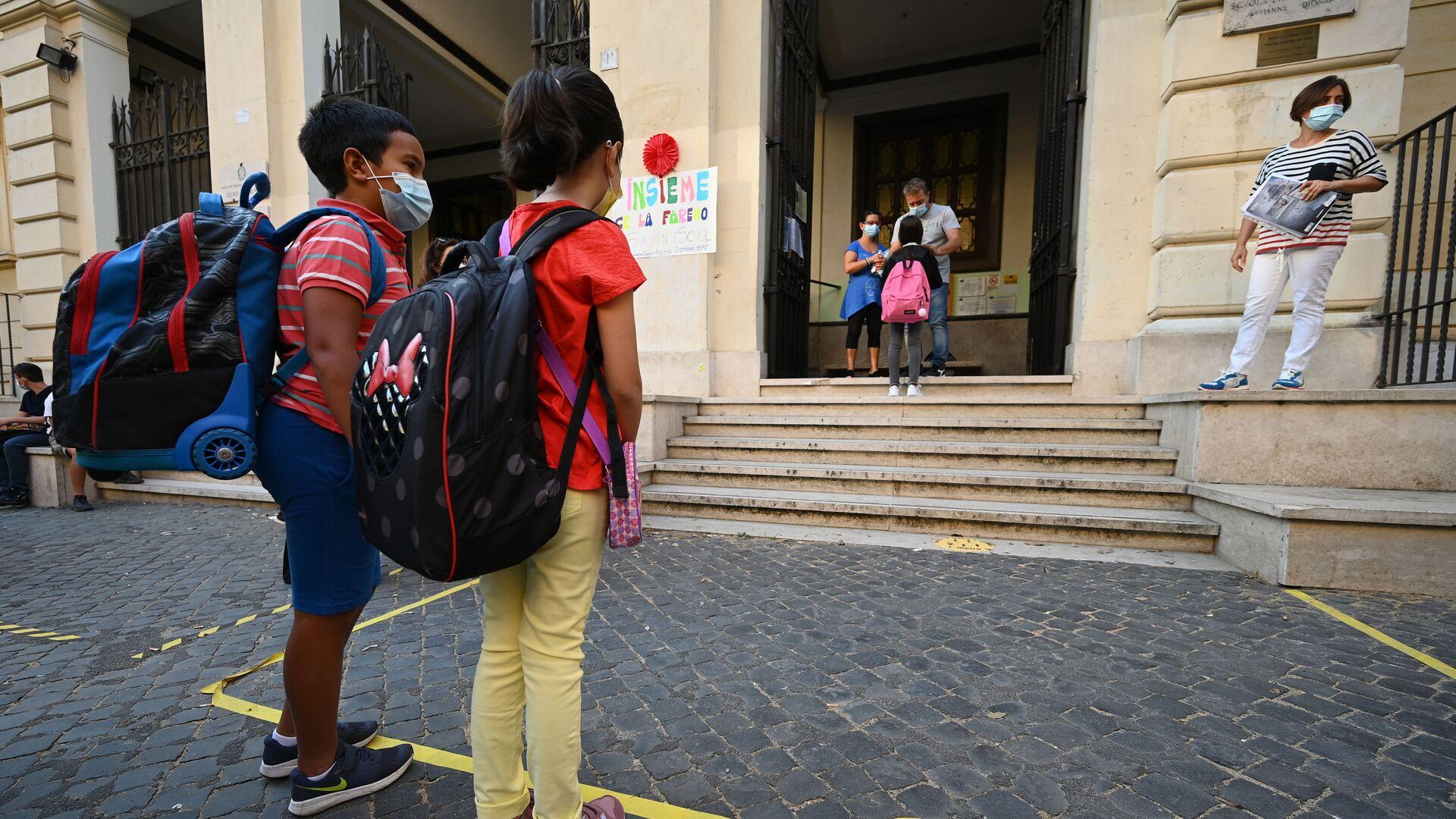 İtalya'da milyonlarca öğrenci, altı aylık bir aranın ardından bugün okullarında ders başı yaptı.  - Sputnik Türkiye, 1920, 13.08.2021