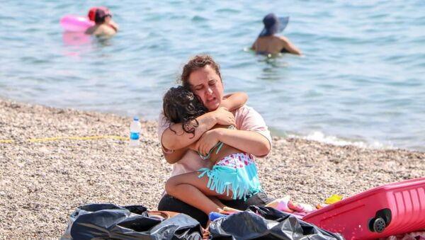 Sahilde 'Ölmek istemiyorum' diye bağıran kadının koronavirüs pozitif olduğu anlaşıldı - Sputnik Türkiye