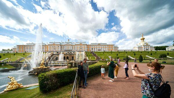 turist, Peterhof, St. Petersburg, Rusya - Sputnik Türkiye