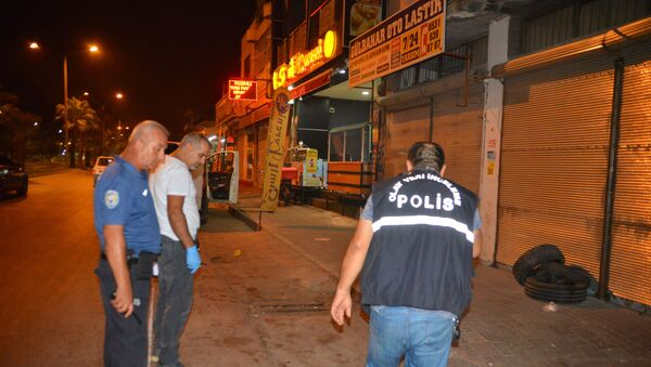 Adana'da husumetlisi tarafından sırtından tabanca ile vurulan kişi motosikletine binerek 3 kilometre uzaklıktaki polis merkezine sığındı. Yaralı şahıs polis merkezine gelen ambulansa hastaneye kaldırıldı. - Sputnik Türkiye