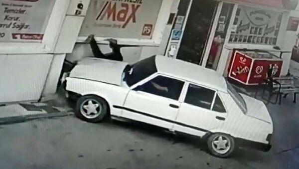 Ehliyeti olmayan sürücü tartıştığı petrol istasyonu çalışanına çarparak kaçtı - Sputnik Türkiye