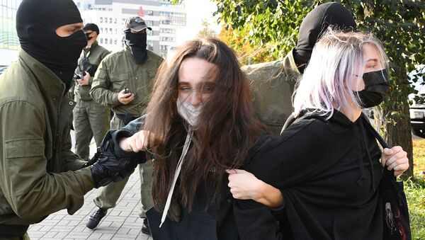 Belarus'un başkenti Minsk'te düzenlenen 'Kadınlar Yürüyüşü' sırasında bazı göstericilerin çevik kuvvet polisi tarafından gözaltına alındığı bildirildi. - Sputnik Türkiye