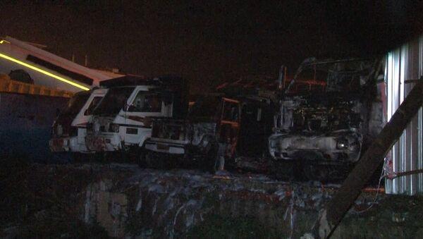 Fatih Belediyesi'nin boş bir alanda muhafaza edilen eski belediye araçları gece saatlerinde henüz belirlenemeyen bir sebeple alev alev yandı - Sputnik Türkiye